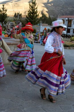 Colca_Canyon_Dancing_girls.jpg