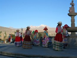 Colca_Canyon_Girls_twirling.jpg